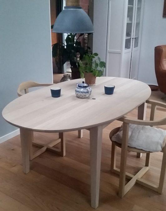 Een ovale eiken tafel