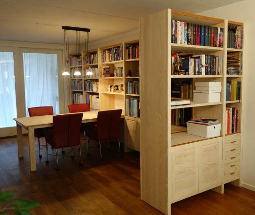 Essen boekenkasten met insteektafel