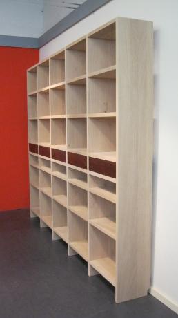 Een eiken boekenkast met noten laden