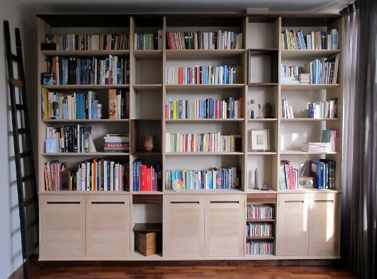 Eikenhouten boekenkast met noten accenten