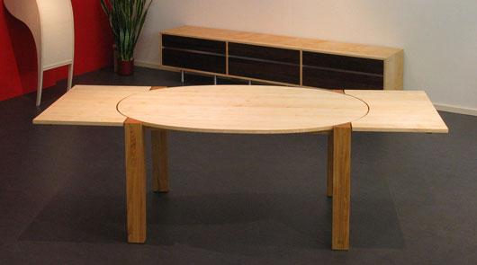 Een ovale uittrektafel