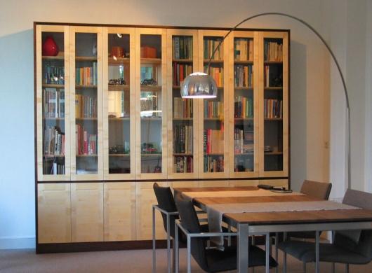 Boekenkast met glasdeuren