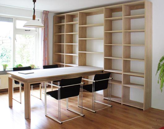 Gezeepte eiken tafel in boekenkast