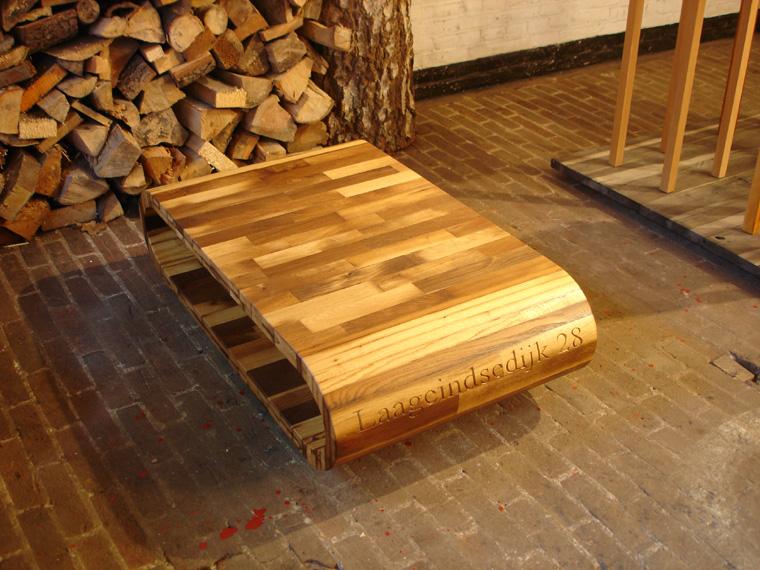 Een salontafel van eiken stalhout