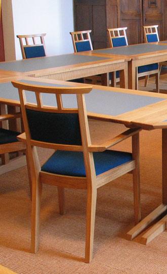 Inrichting van het Studiecentrum Soeterbeeck fase 4: stoelen voor bij de vergadertafels in de Bibliotheek