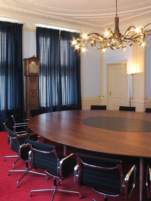 Een ovale vergadertafel van 430 bij 320 cm !!